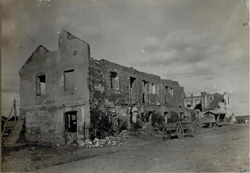 Brandruinen am Hauptplatz in Chodrow.