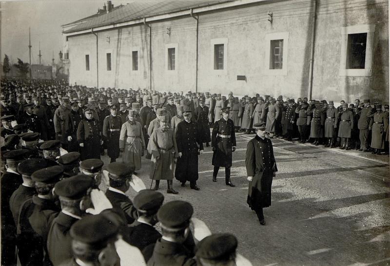 Kaiser Karl I. beim Begräbnis des an Lungenentzündung verstorbenen Grossadmirals Anton Haus in Pola, 10.2.1917