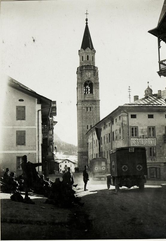 Cortina: Sanitätskolonne und auf Abtransport wartende verwundete und kranke Soldaten.