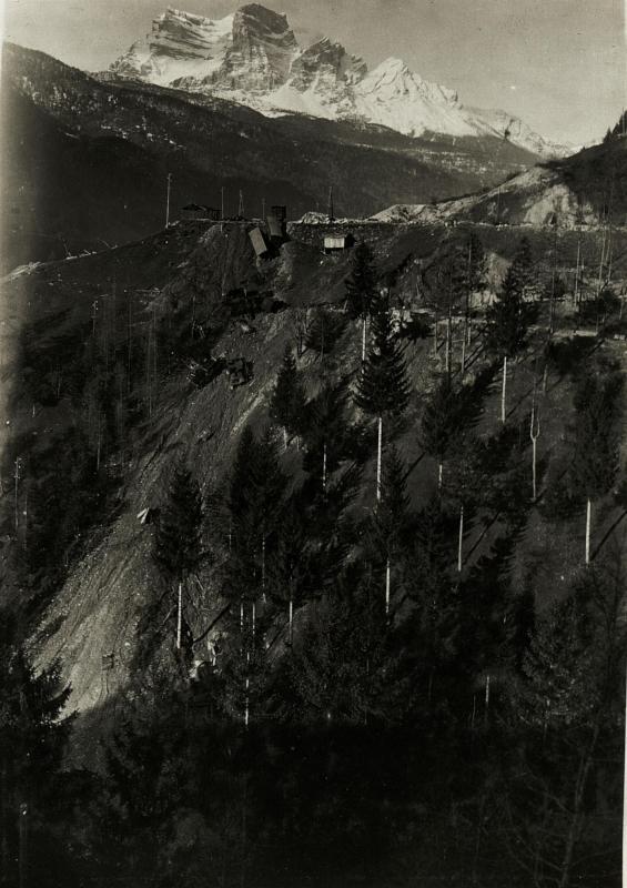 Abgestürzte Lokomotive und Waggons der zurückgehenden Italiener , 1 1/2 km östlich  der Pejo-Strasse