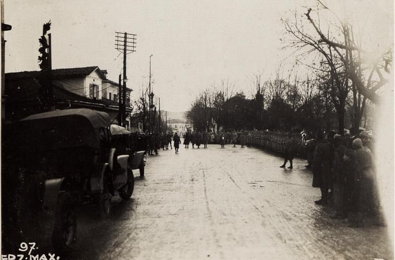 Abschreiten der Ehrenkompagnie vor dem Festungskommando.