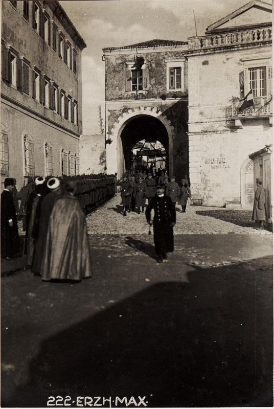 Abschreiten der Ehrenkompagnie vor der Abfahrt von Durazzo.