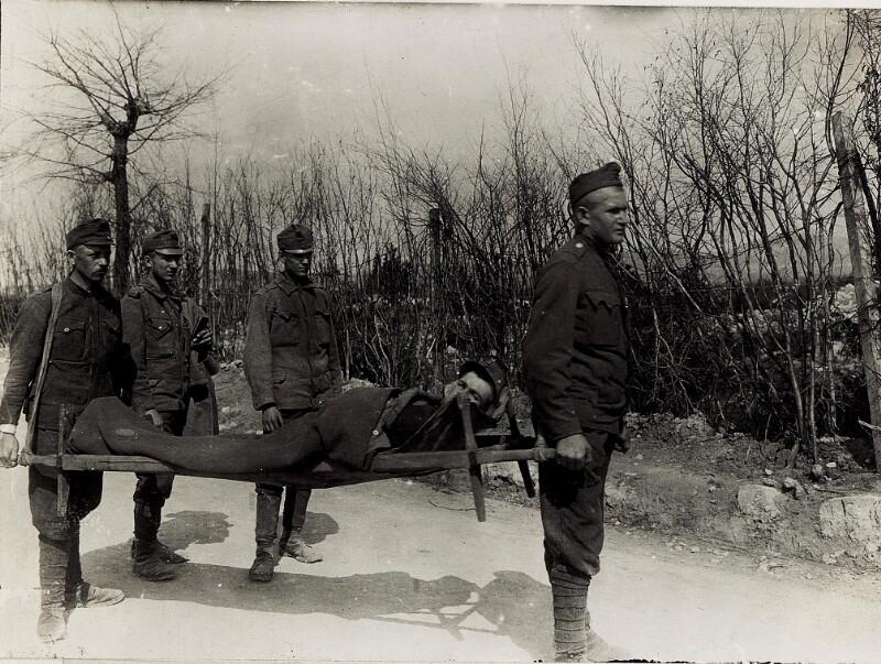 Erste Sanitätshilfe, Transport eines Verwundeten.