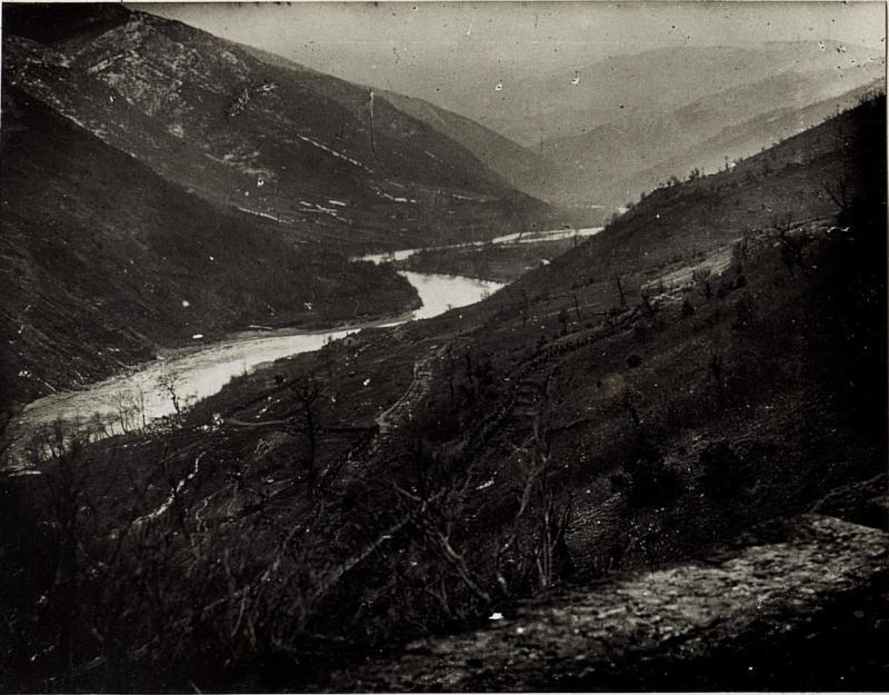 Blick auf die Serpentinen südlich Kraljevo mit marschierenden Kolonnen.