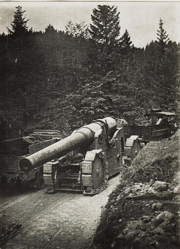 Abtransport eines erbeuteten italienischen 26cm Schiffsgeschützes im Wald des Monte Rover.