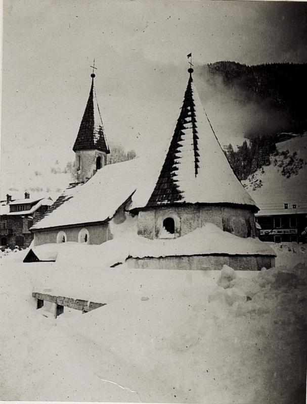 Alte Kapelle am verschneiten Ausgang von Innichen.