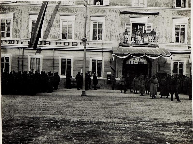 Bruneck, Kaiserjägerfeier am 16.1.1916. Exzellenz von Roth erwartet die Defilierung der Kaiserjäger.