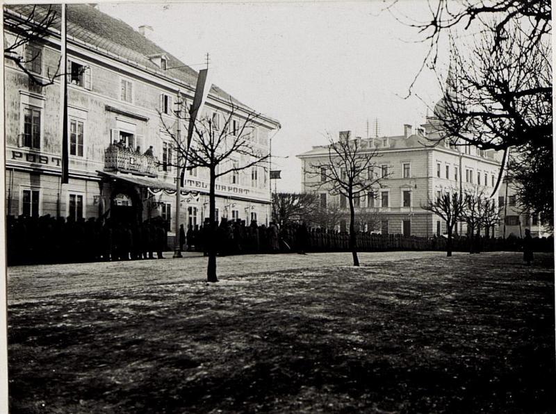 Bruneck, Kaiserjägerfeier am 16.1.1916. Roth geht die Front der aufgestellten Baone ab.