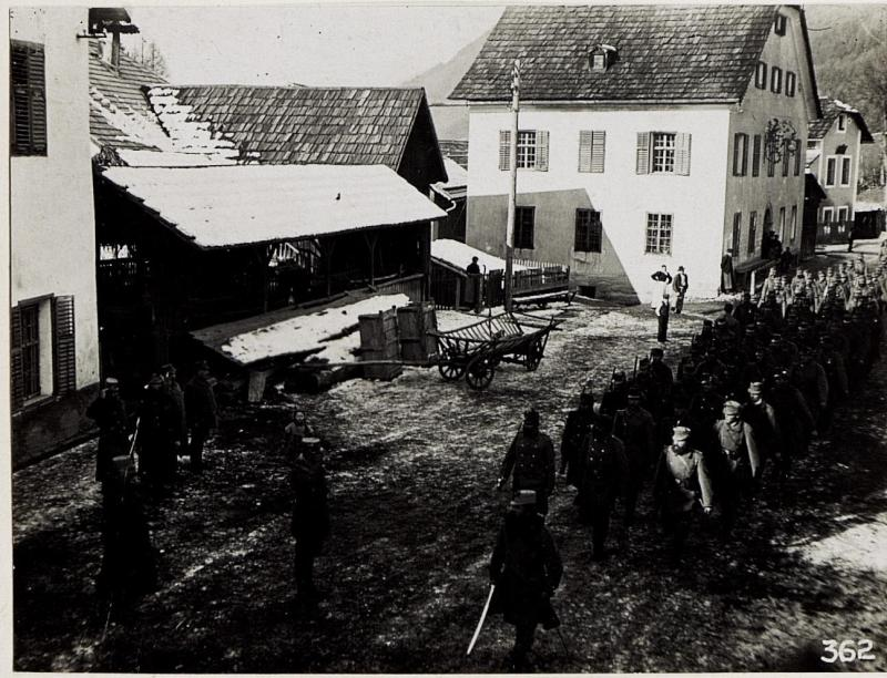 Defilierung der Passeier Standschützen vor Exzellenz von Roth in Lienz, 3.2.1916.
