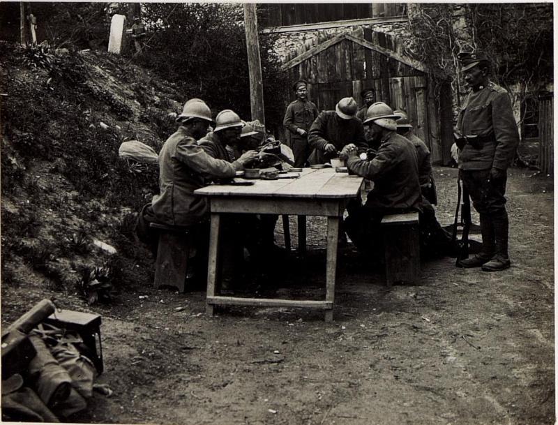 Kriegsgefangene Italiener bei der Menage.