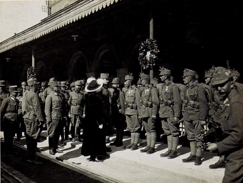 Besuch des Kaiserpaares am 22. April 1917 in Bozen, das Kaiserpaar spricht die Ehrenkompanie Tiroler Kaiserjäger an. Oberst Tschan, Kommandant eben dieser und sein Adjutant Hauptmann Huslig.