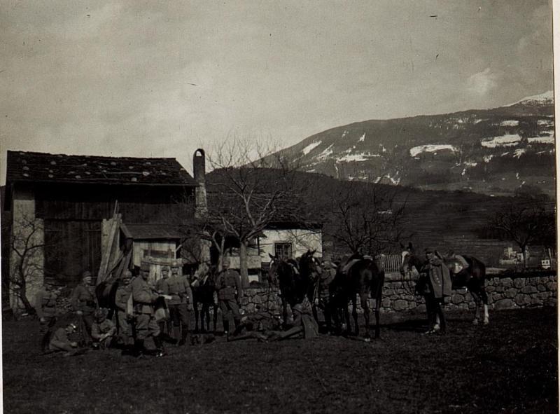 Gendarmerieabteilung des 20. Korpskommandos, abgesessen bei Vahrn.