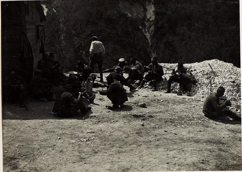 Bei Folgaria, Kriegsgefangene Russen bei der Menage.