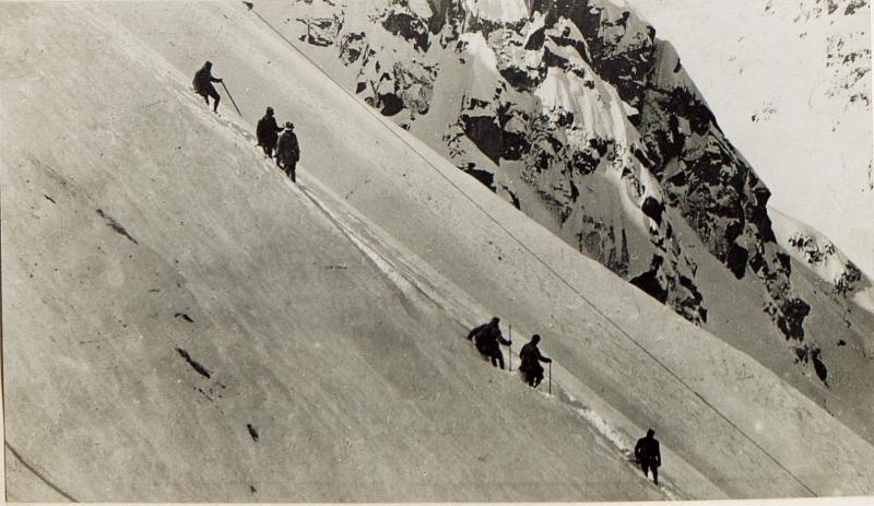 Auf dem Steilhang des Cardinal, Abstieg angeseilter Soldaten.