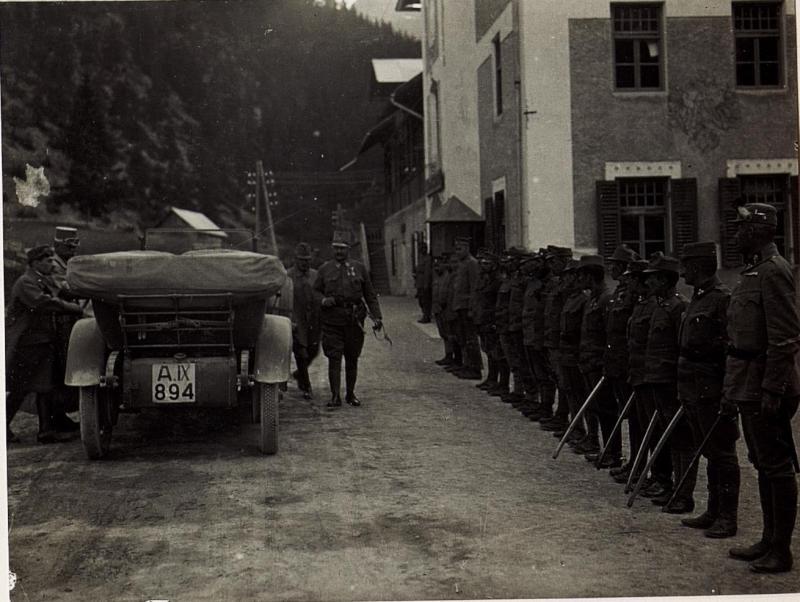 Exzellenz von Hazai besichtigt russische Kriegsgefangene bei Campestrin.