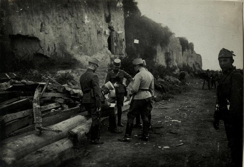 Befehlsausgabe vor der Einschiffung nach Belgrad in Banovci.