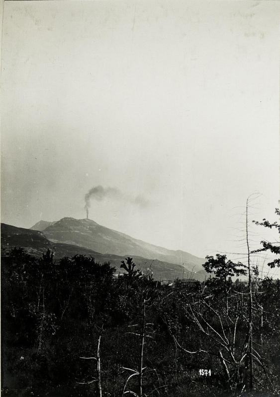 Brand eines Sprengmitteldepots auf dem Bergrücken, durch österreichischen Volltreffer am 17.5.1916.