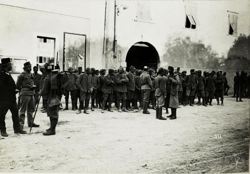 Einer der ersten Gefangenentransporte.
