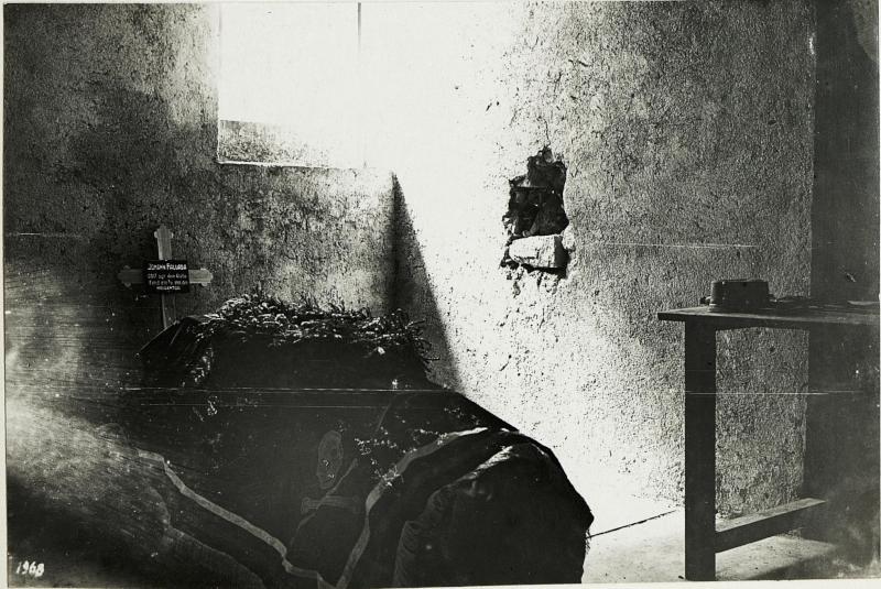 Aufbahrung des am Gefechststandpunkt beim Angriff auf Pasubio gefallenen Kameraden Oberleutnant. zgt.d.Glstbe. Johann Fallada, 2.7.1916.