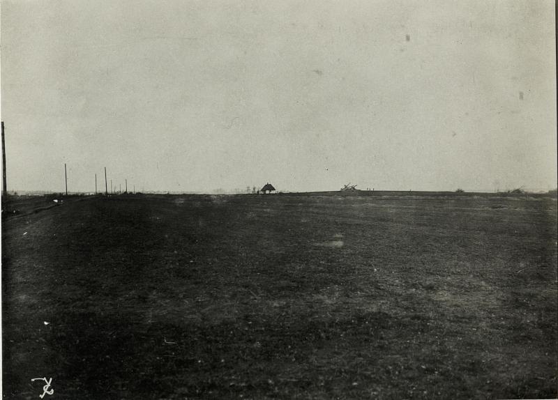 Anhöhe bei Gomulin. Im Hintergrund, zerschossene Mühle und eigene Kampfstellungen.