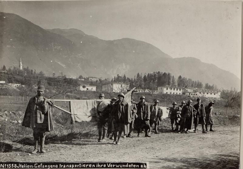 Italien.Gefangene transportieren ihre Verwundeten ab