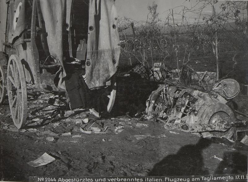 Abgestürztes und verbranntes italien. Flugzeug am Tagliamento 17.11.17.