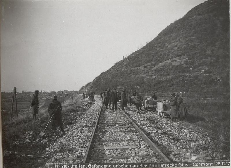 Italien. Gefangene arbeiten an der Bahnstrecke Görz - Cormons 28.11.17.