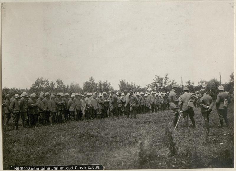 Gefangene Italien.a.d.Piave 15.6.18.