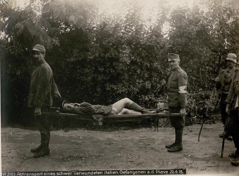 Abtransport eines schwer verwundeten italien.Gefangenen a.d.Piave 20.6.18.