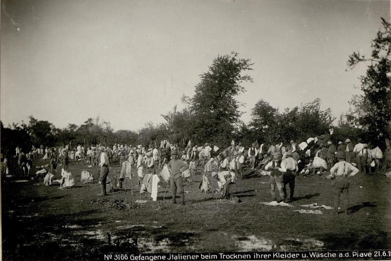 Gefangene Italiener beim Trocknen ihrer Kleider u.Wäsche a.d.Piave 21.6.18.