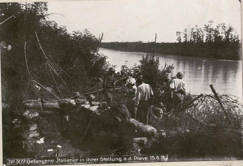 Gefangene Italiener in ihrer Stellung a.d.Piave 15.6.18.