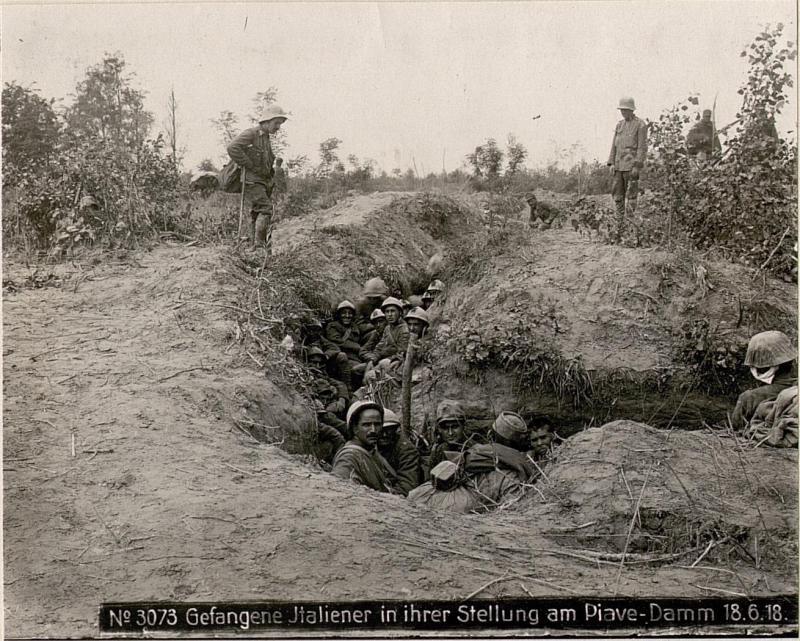 Gefangene Italiener in ihrer Stellung am Piave-Damm 18.6.18.