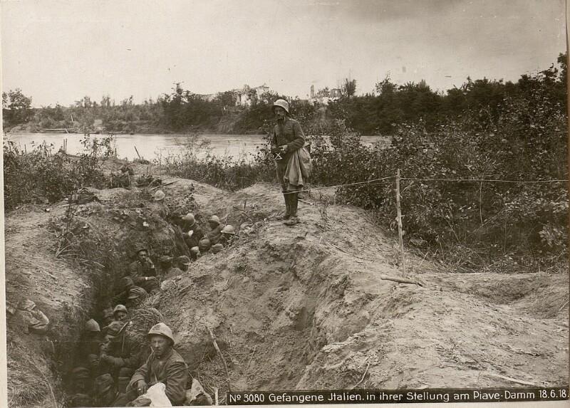 Gefangene Italien.in ihrer Stellung am Piave-Damm 18.6.18.