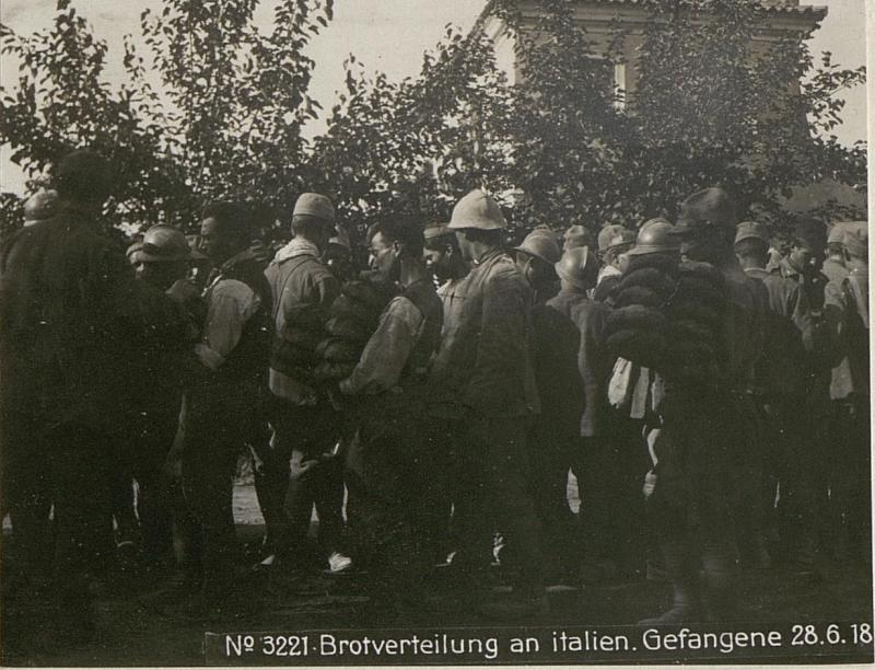 Brotverteilung an italien.Gefangene 28.6.18.