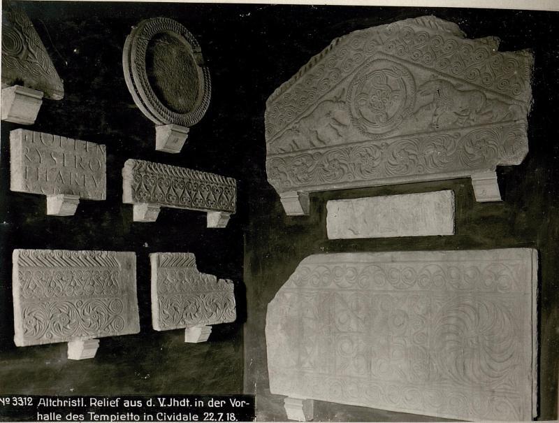Altchristl. Relief aus d.V.Jhdt. in der Vorhalle des Tempietto in Cividale 22.7.18.