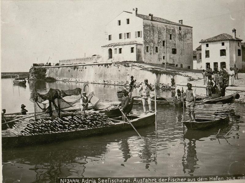Adria Seefischerei. Ausfahrt der Fischer aus dem Hafen.20.8.1918.