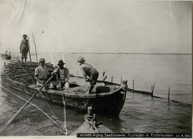 Adria Seefischerei. Auslegen der Fischreusen.