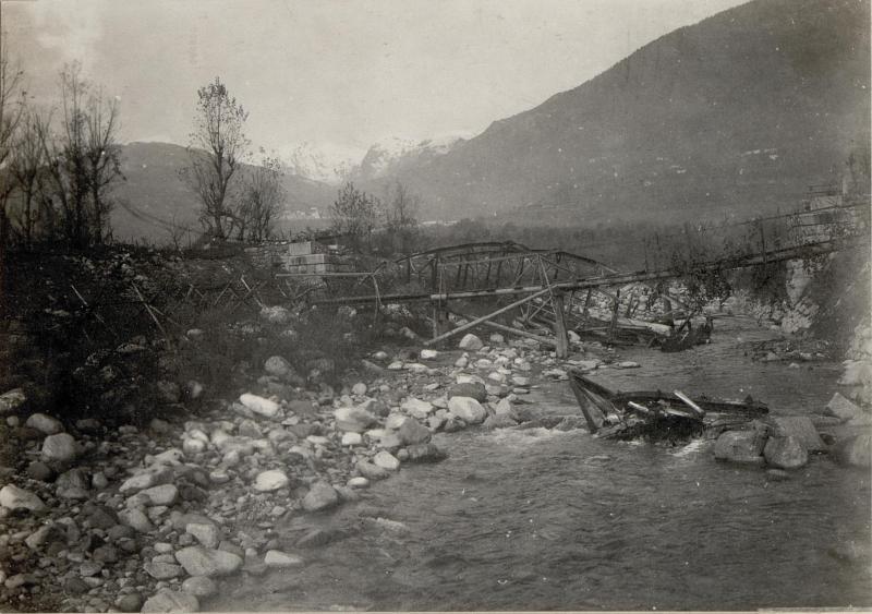 Valsugana am Torrente Chiepina. Gesprengte Straßenbrücke nächst Carzano.
