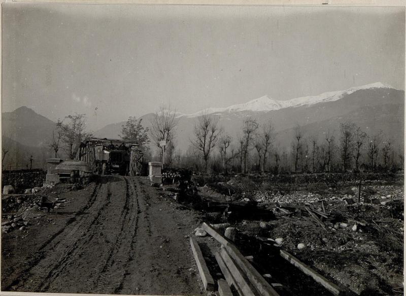 Am Torrente Chiepina südlich Villa Valsugana.Verkehr über provisorisch hergestellte Straßenbrücke.