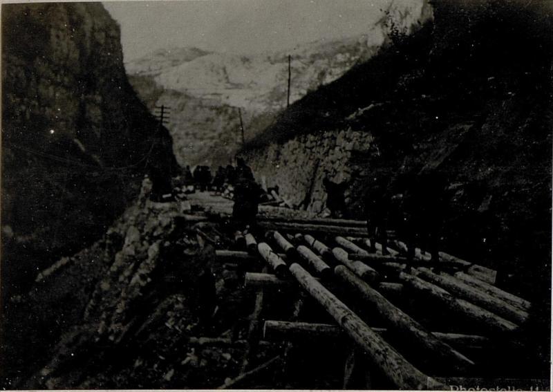 Straße von Primolano gegen Cismon im Brentatal. Bau einer Notbrücke über ein gesprengtes Straßenstück