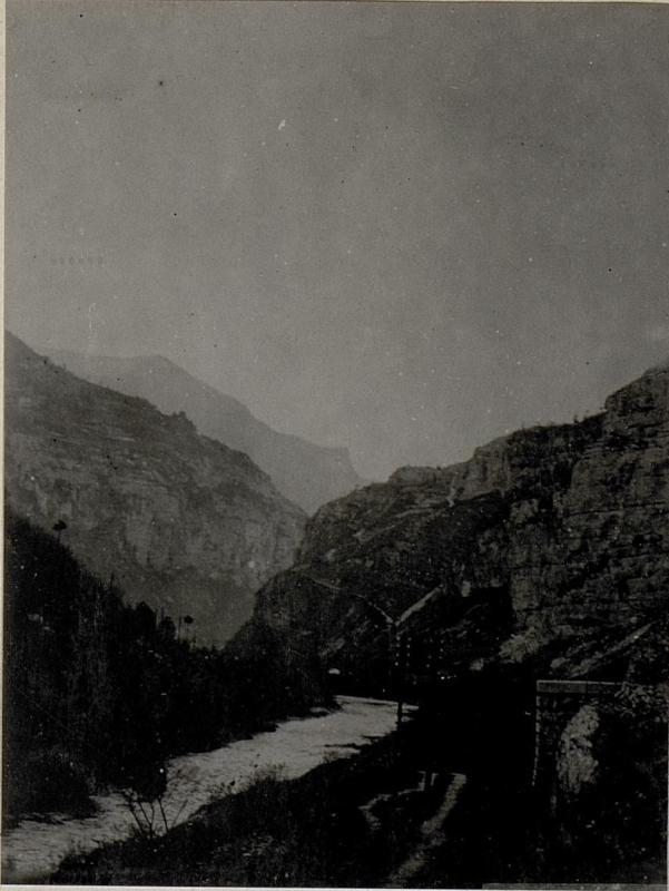 Straße zwischen Primolano und Cismon. Brentatal gegen Primolano.