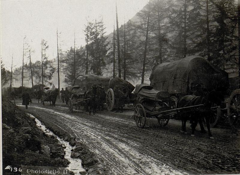Assatal südlich .¤981. Verwundetentransport und 24 cm Mörser mit Autotransport.