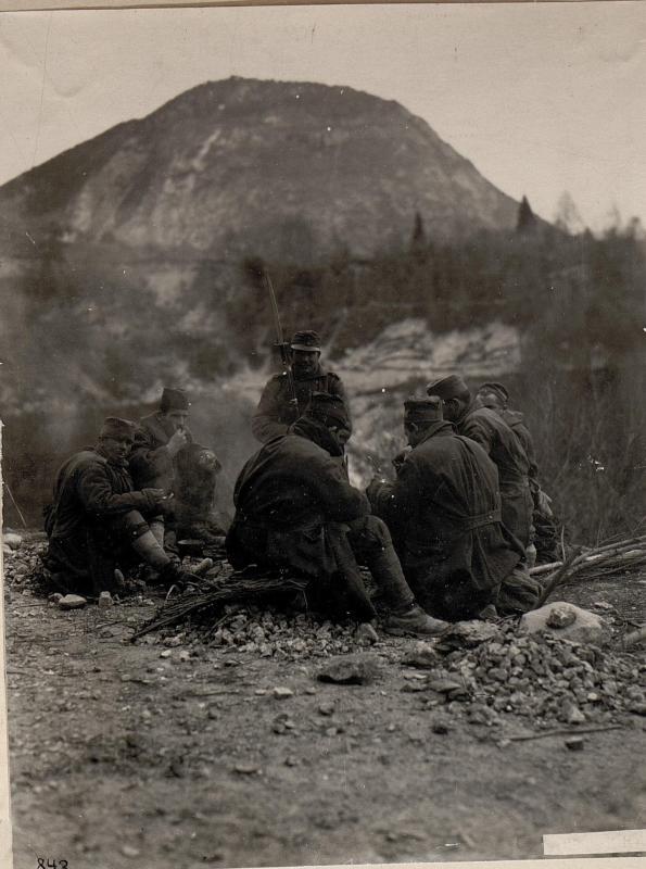 Am Wege nach Tesino. Kriegsgefangene Serben bei Straßenarbeiten.