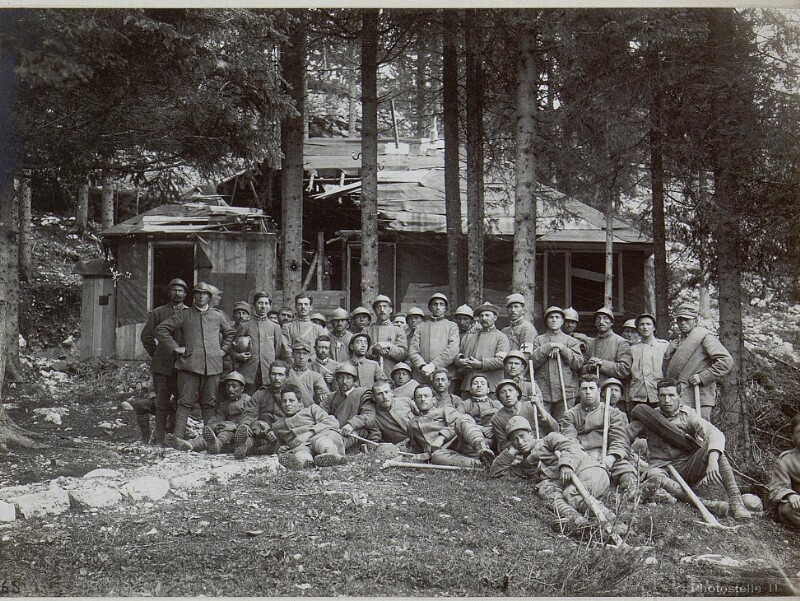 Barricata. Gefangene Italiener vor dem VI. Korps-Kommando