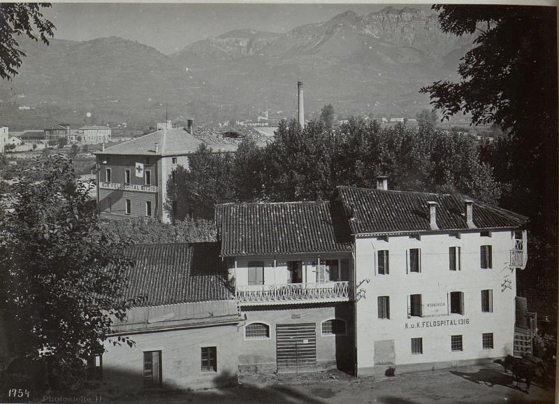 Feltre. Feldspital Nr. 1316.durch Fliegerbombe beschädigt.