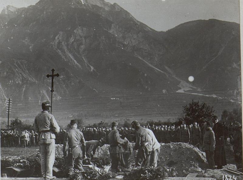 Begräbnis der durch italienische Fliegerbomben verunglückten Mannschaft.