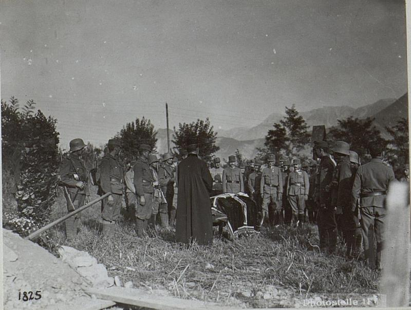 Begräbnis der durch italienische.Fliegerbomben verunglückten Mannschaft.