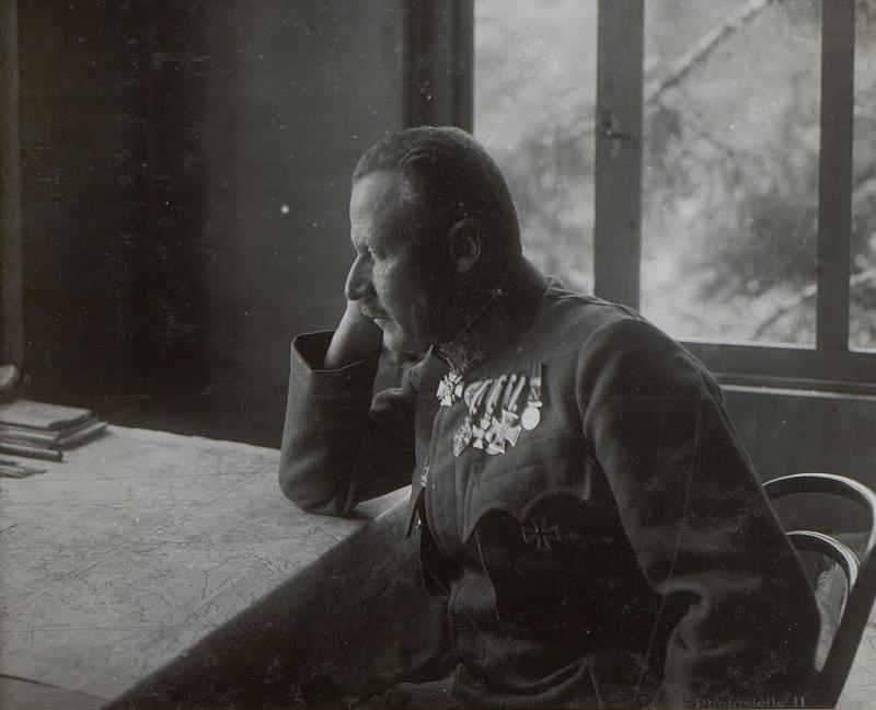 Barricata. General der Infanterie Weber in seinem Arbeitszimmer.
