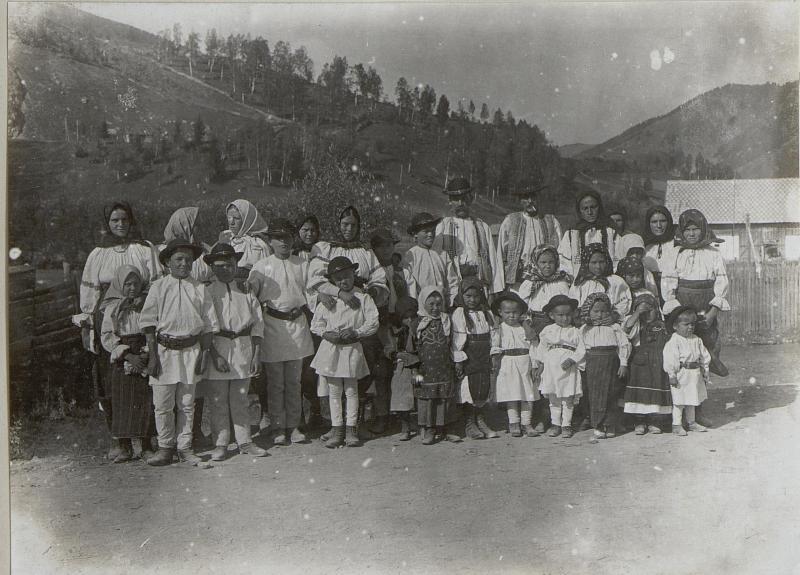 Einheimische Bevölkerung von Felsolok nach dem Kirchengang