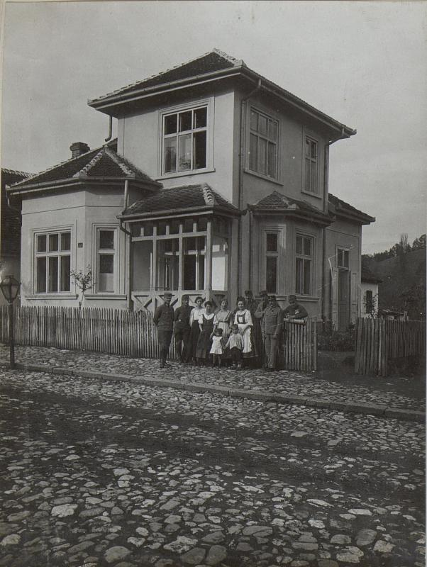 Gruppenbild vor dem Hause des Bezirkekommandanten Hauptmann Varallyay in Krupanj.